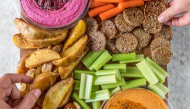 Charola de botana vegana para tu fiesta de Super Bowl