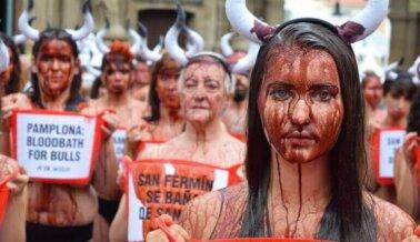 Fotos: Masivo 'baño de sangre' en la plaza principal de Pamplona marca el inicio del horrible encierro de toros