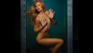 Laura Vandervoort Desnuda: Confinada y Asustada