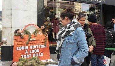 La acera se pone roja enfrente a la tienda de Louis Vuitton en San Francisco