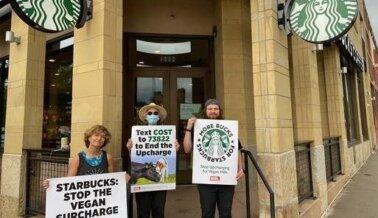 ¡Oye, Starbucks, tu Cargo Extra Apesta! Estudiantes Protestan Contra el Gigante del Café, Ínstalo a Retirar el Cargo Adicional por la Leche Vegana