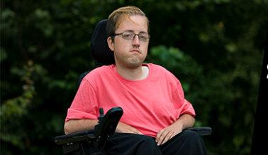 Hombre con Distrofia Muscular Demanda a la Universidad de Texas A&M por Violación a los Derechos Civiles