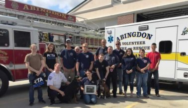 Intenta no llorar mientras ves a estos bomberos rescatar a dos perros de un incendio