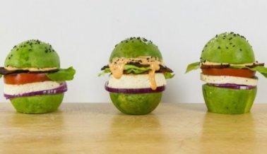 Idea para hamburguesa de desayuno vegana baja en calorías: Usa aguacate en lugar de pan