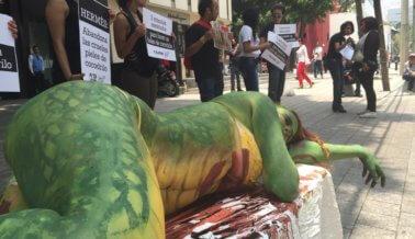 Una mujer con pintura corporal sorprendió a los compradores en Mexico