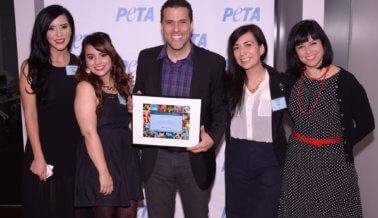 Marco Antonio Regil Gana el Premio PETA de Héroe de los Animales