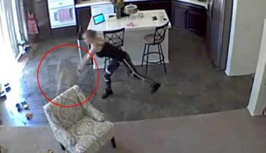 Cámara Capta a una Cuidadora Arrojando a una Cachorrita Contra el Piso