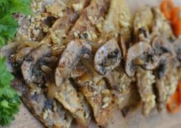 Seitan en costra de nuez con hongos y cebolla salteados