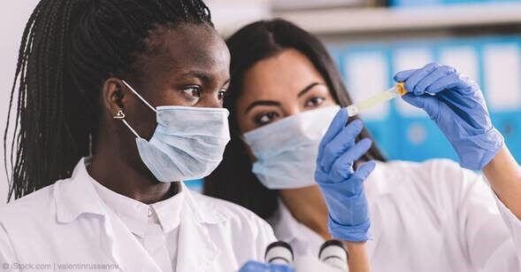 Mujeres Cientificas haciendo experimento